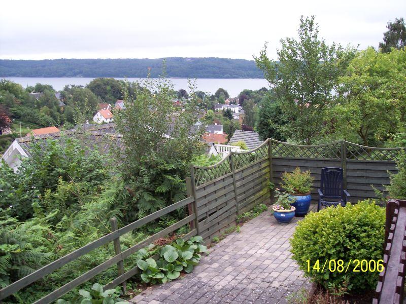 Andere Seite des Gartens mit Ausblick auf den Fjord
